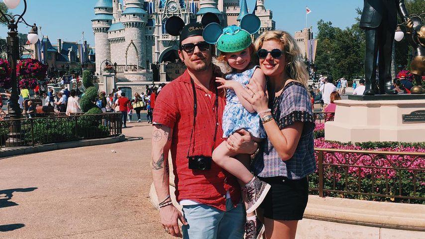 Nathan Followill, Tochter Violet und Jessie Baylin in der Walt Disney World