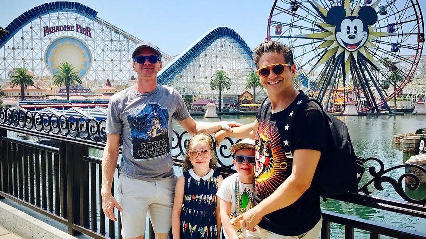 Neil Patrick Harris und seine Familie vor dem Disney California Adventure Park