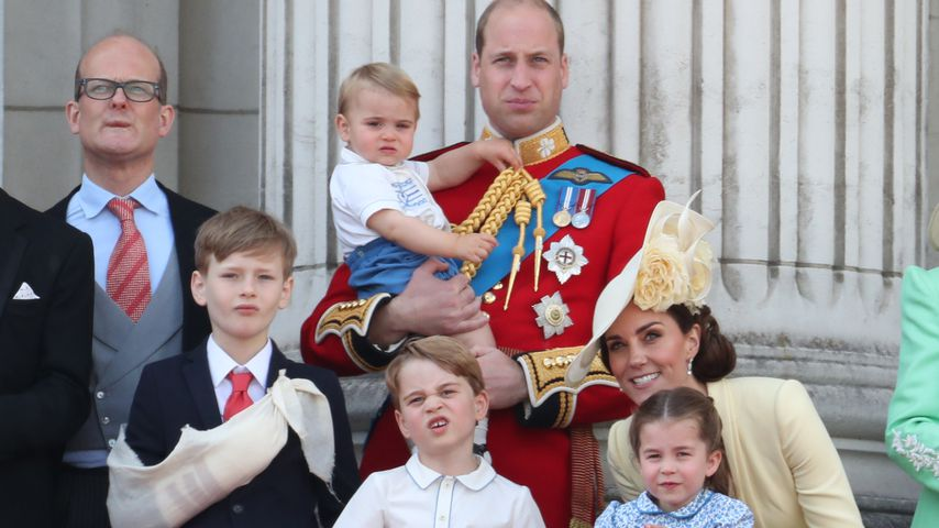 Nicholas und Albert Windsor, Prinz William, Herzogin Kate, Prinz Louis, Prinz George und Prinzessin