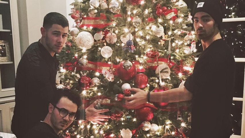Die Brüder Jonas vor einem Weihnachtsbaum: Nick, Kevin, Frankie und Joe