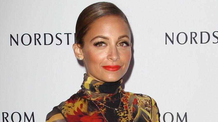 Nicole Richie versteckt Mager-Body im Muster-Kleid