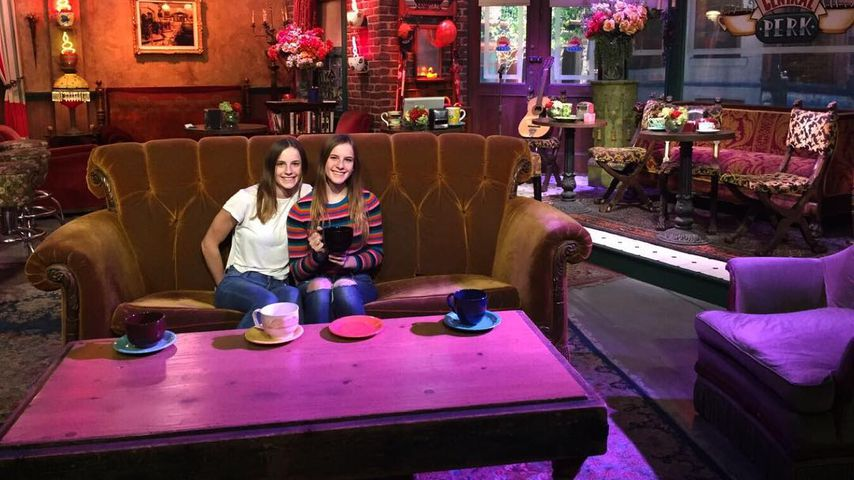 Noelle und Cali Sheldon im Central Perk, November 2017
