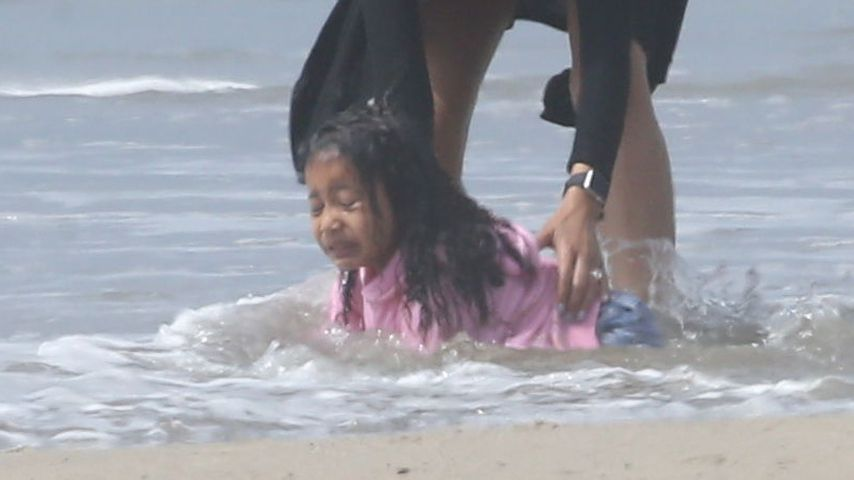 Doch keine Meerjungfrau? North West geht heulend baden