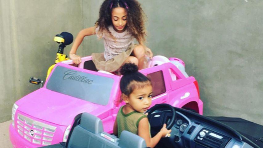 Süße Cruiser-Kids: North West & Freundin fahren schon Auto