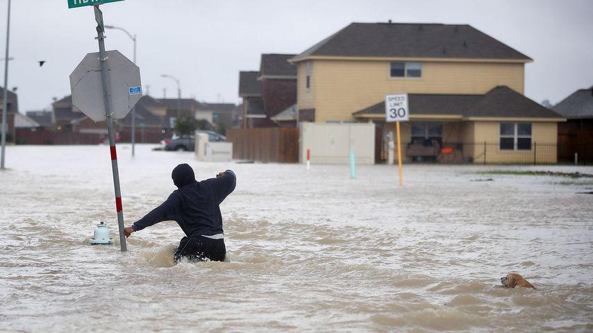 Mann in den Fluten von Hurricane Harvey in Texas