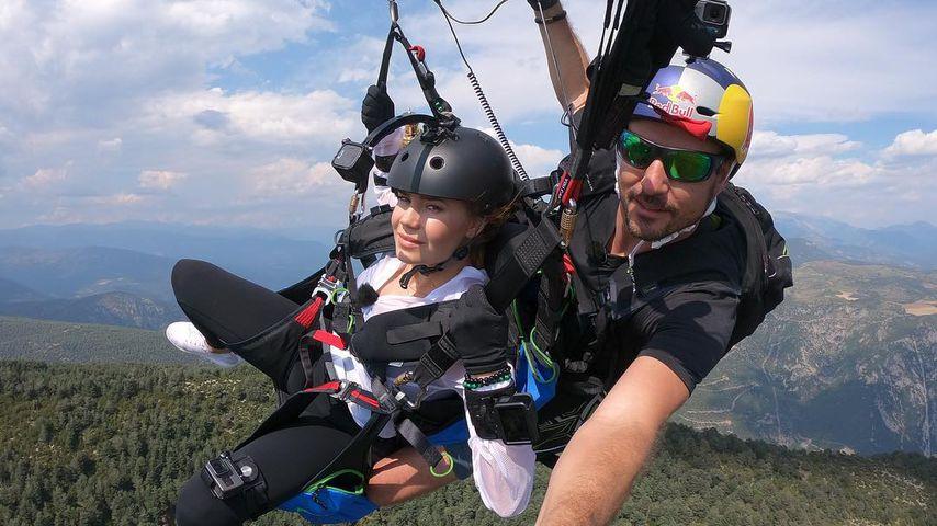 """Palina Rojinski bei ihrem Paragliding-Flug für """"Das Duell um die Welt"""""""