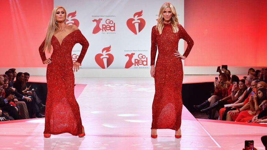 """Paris und Nicky Hilton laufen auf der """"American Heart Association's""""-Kleiderausstellung in NYC, 2020"""