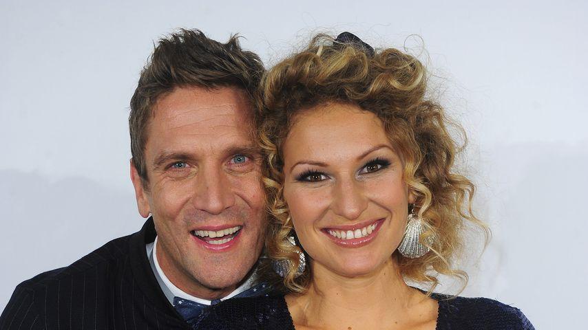 Peer Kusmagk & Janni heiraten mit Blumenketten statt Ringen