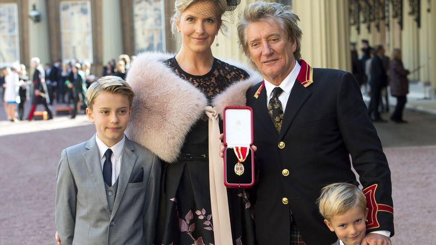 Penny Lancaster und Rod Stewart mit ihren Söhnen bei Rods Auszeichnung zum Knight Bachelor in London