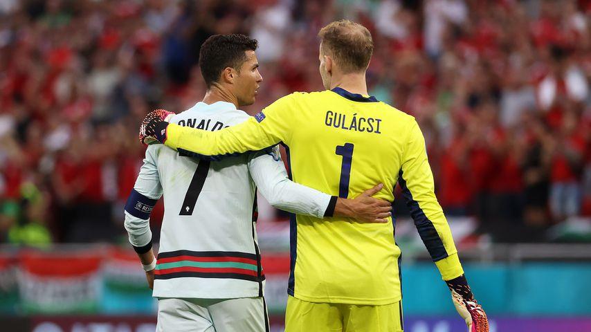 Cristiano Ronaldo und Péter Gulácsi nach einem EM-Spiel 2021