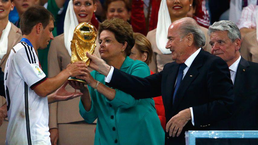 Philipp Lahm, Dilma Rousseff und Joseph Blatter nach dem WM Finale 2014