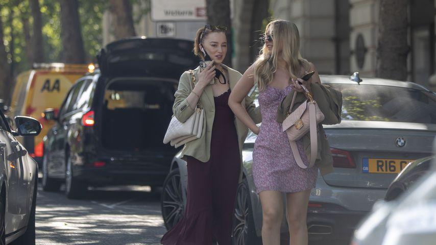 Phoebe Dynevor (l.) mit einer Freundin in London, Mai 2021