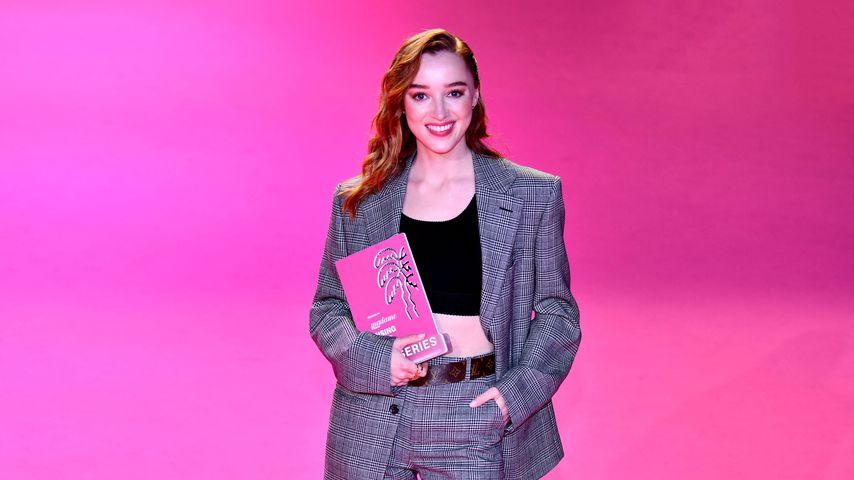 Phoebe Dynevor mit ihrem Rising Star Award bei den Filmfestspielen in Cannes 2021