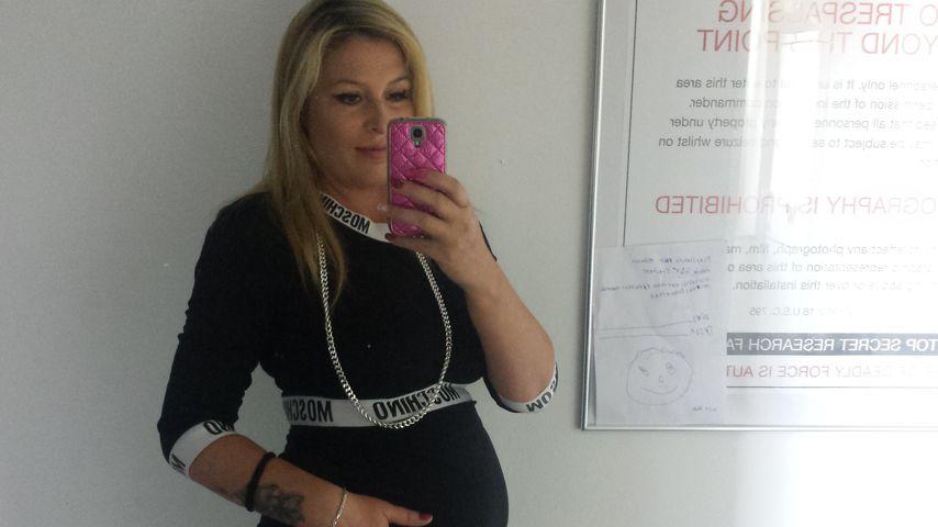 Phyllis Maeter zeigt ihren Babybauch
