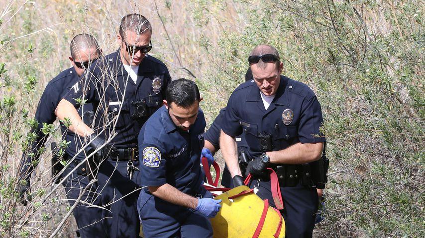 Polizeibeamte tragen Mark Sallings Leiche