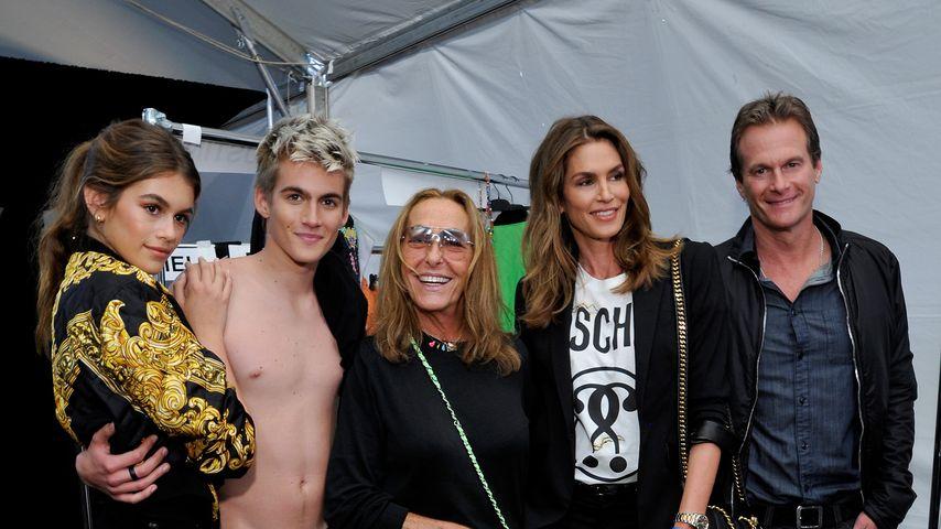 Presley Gerber mit seinen Eltern Cindy und Rande sowie Schwester Kaia nach der Moschino Fashion-Show