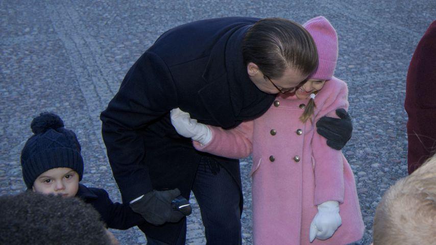 Estelle & Papa Daniel kuscheln bei Mama Victorias Namenstag