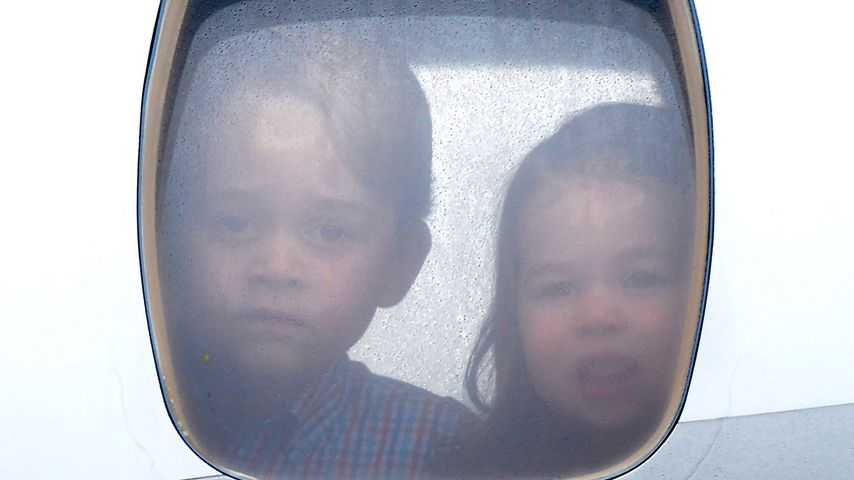 George & Charlotte spähen zuckersüß aus dem Flugzeugfenster