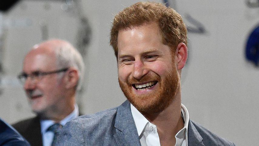 So gar nicht royal: Prinz Harry auf Linienflug unterwegs!