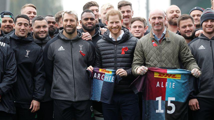 Prinz Harry bekommt Rugby-Trikot für Baby Archie geschenkt