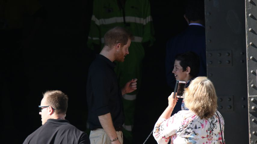 Prinz Harry mit einem Fan in Sydney 2018