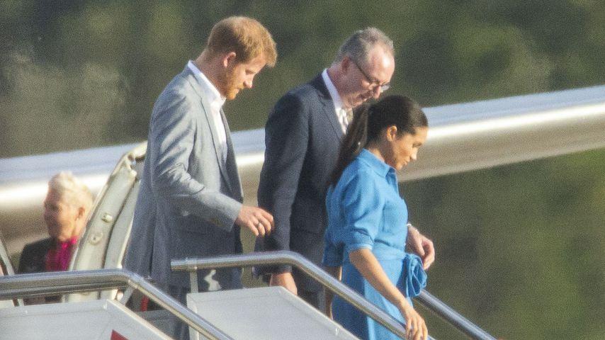Prinz Harry und Herzogin Meghan beim Verlassen des Flugzeugs in Sydney