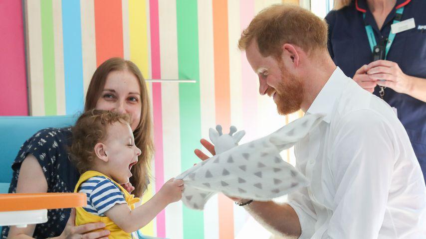 Prinz Harry (r.) bei einem Besuch im Kinderkrankenhaus von Sheffield