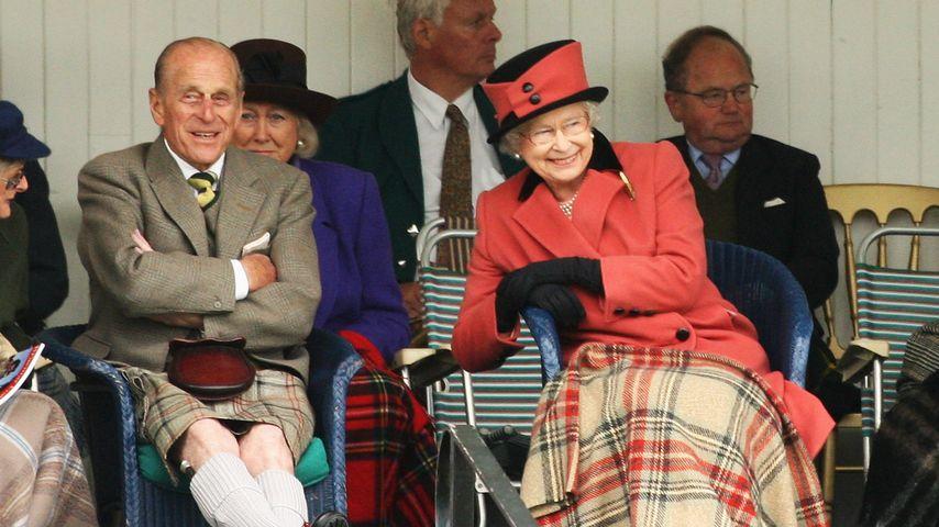 Prinz Philip und die Queen haben Spaß beim Braemar Highland Gathering