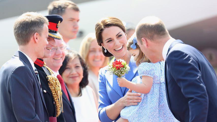 Prinz William (r.) mit Kate und Charlotte 2017 in Berlin