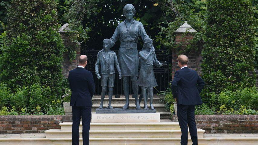 Prinz William und Prinz Harry vor der Diana-Statue
