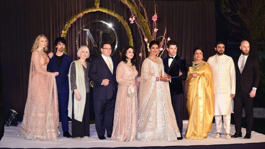 Priyankas und Nicks Familien während ihres Hochzeitsempfangs