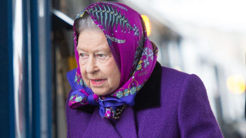 Lila-Kopftuch-Look: Hättet ihr die Queen hier erkannt?