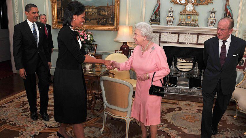Queen Elizabeth II. begrüßt Michelle Obama im April 2009, Barack Obama und Prinz Philip schauen zu