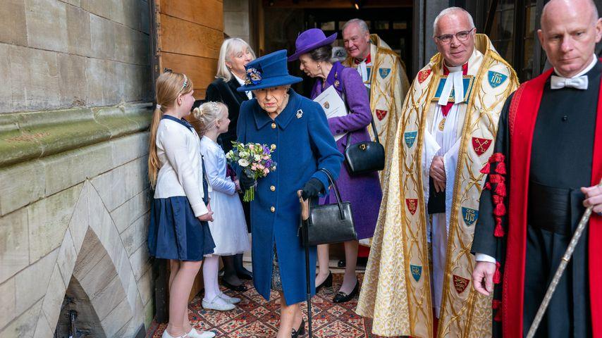 Queen (95) zum ersten Mal seit Jahren mit Gehstock unterwegs