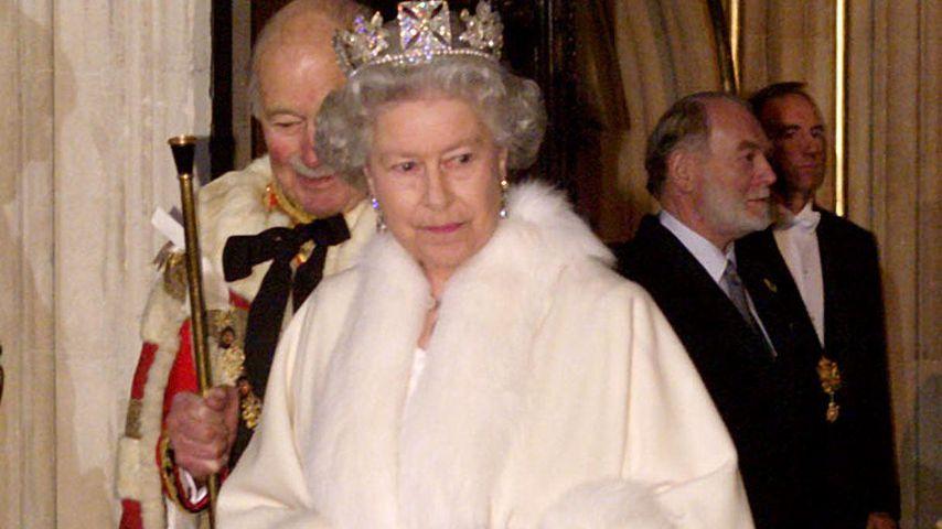 Queen Elizabeth II. verlässt das Parlament in London im November 1998