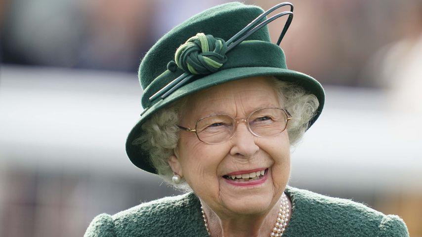 Queen Elizabeth II. bei einem Pferderennen in Newbury, England