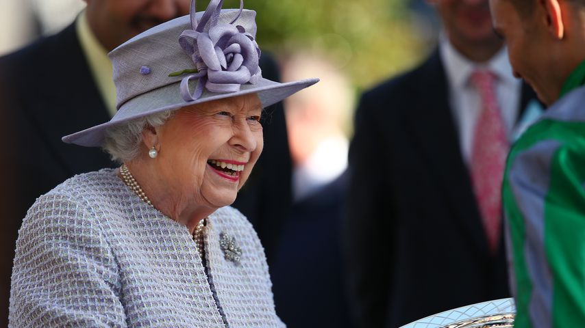 Queen Elizabeth II. ist beim Pferderennen prächtig gelaunt
