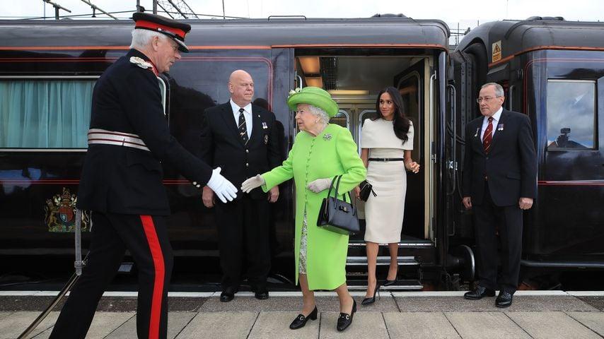 Queen Elizabeth II. und Meghan Markle verlassen den Royal Train im Juni 2018