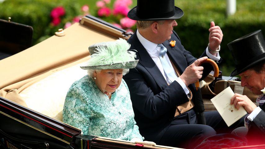 Queen Elizabeth II. und Prinz Andrew auf dem Weg nach Ascot