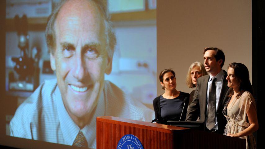 Ralph Steinmans (links, auf dem Bildschirm) Familie bei einer Pressekonferenz 2011