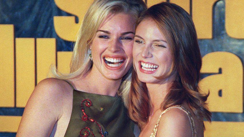 Rebecca Romijn und Heidi Klum im Februar 1998