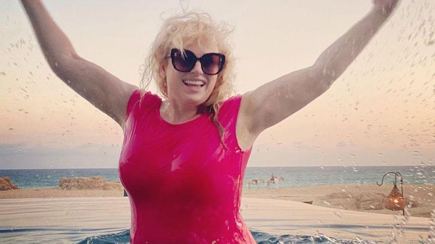 Sexy Pool-Schnappschuss: Rebel Wilson flasht im Badeanzug