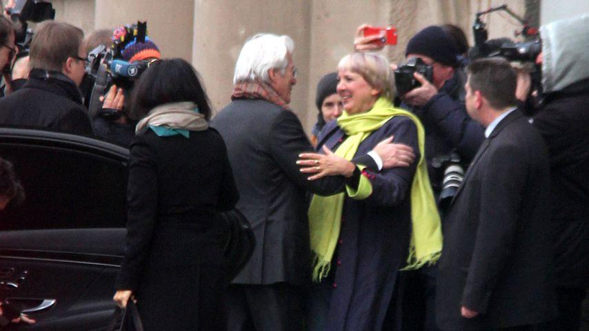 Richard Gere begrüßt Claudia Roth in Berlin