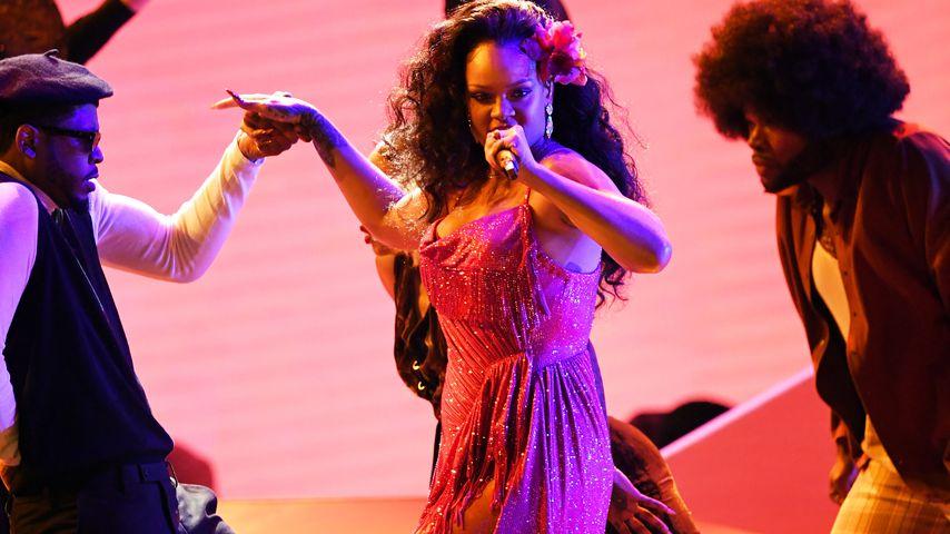 Sexy Geschenk: Rihanna verpackt ihre Brüste mit Schleife!