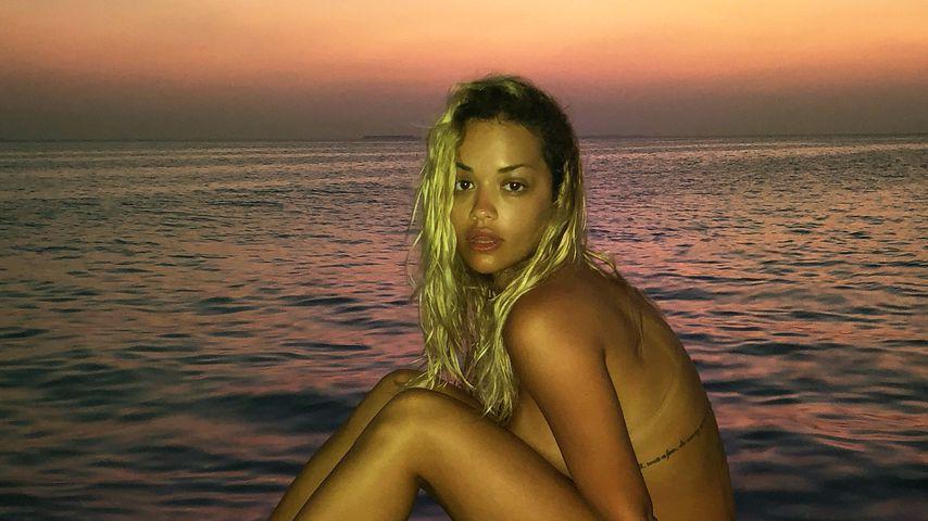 Rita Ora beim Sonnenuntergang am Strand