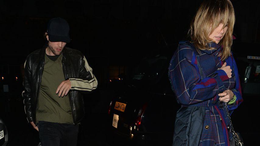 Robert Pattinson und Suki Waterhouse im Oktober 2018