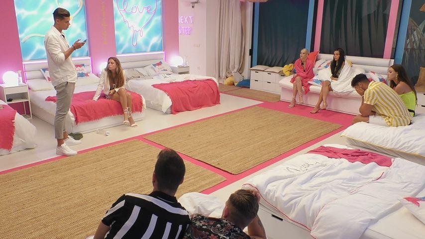 """Robin, Isabell, Lisa, Angelina, Jennifer und Jannik im Schlafzimmer der """"Love Island""""-Villa"""