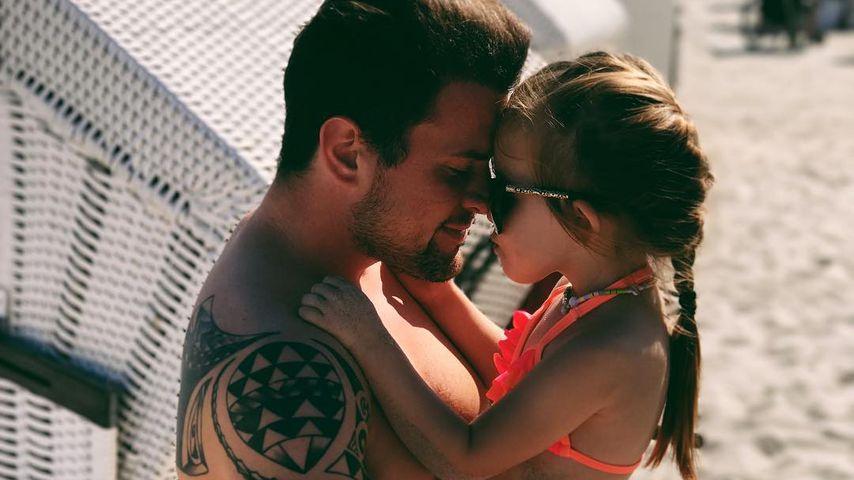 Rocco Stark mit Tochter Amelia am Strand in Boltenhagen