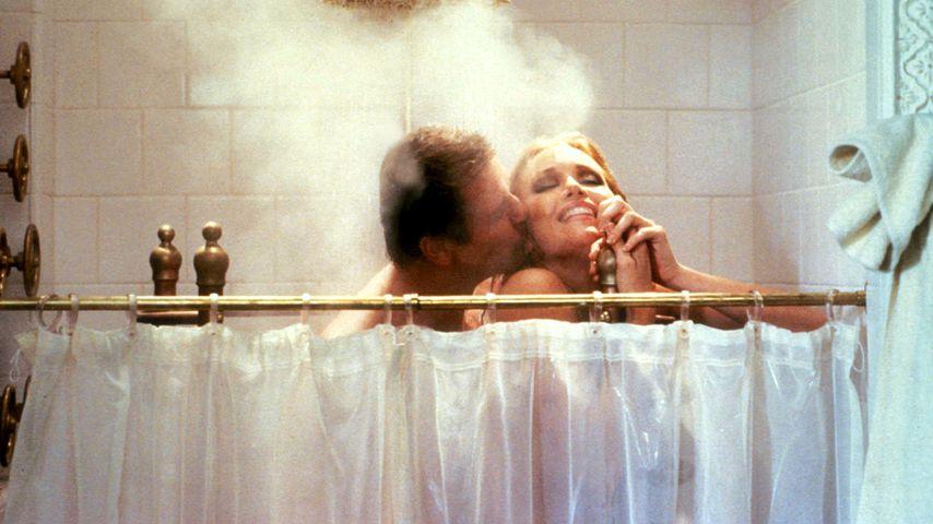 """Roger Moore und Tanya Roberts in """"James Bond 007 – Im Angesicht des Todes"""" von 1985"""