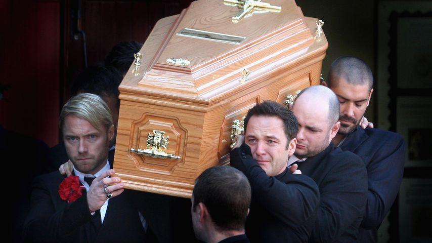 Ronan Keating, Mikey Graham und Shane Lynch tragen Stephen Gatelys Sarg